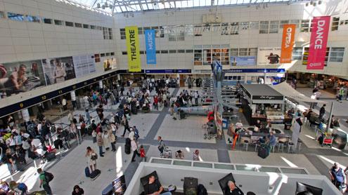 Flesland er blant flyplassene som kan bli stengt fredag.