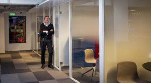 NYE LOKALER: For Erik Haug og de øvrige medarbeiderne i Apollo innebærer de nye lokalene en ny æra for selskapet. (Foto: Bjørn Moholdt)