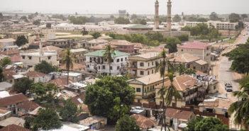 Uroen i Gambia og hovedstaden Banjul (bildet) gjør at tusenvis av turister flykter fra landet. (Foto: Bjørn Moholdt)