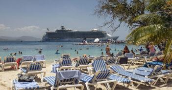 Labadee på Haiti er blant RCCL-skipet Oasis of the Seas' (i bakgrunnen) populære stoppesteder i Karibia. (Foto: Bjørn Moholdt)