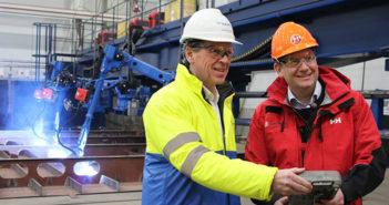 Daniel Skjeldam (høyre) og Kleven Verfts direktør Ståle Rasmussen igangsetter byggingen av MS Roald Amundsen.