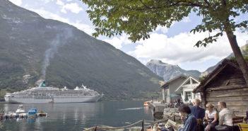 Turister på besøk i Norge, som her i Geiranger, legger igjen betydelige beløp, og langt mer enn nordmenn. (Foto: Bjørn Moholdt)