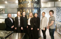 En ung og dynamisk ledergruppe som skal få flyplasshotellet til å ta av fra dag én, fra venstre Tom Hansen (restaurantsjef), Ann Karin Syvertsen (bookingsjef), Rositsa Ilieva (husøkonom), Charlotte Vindenæs (konferanse- og eventsjef), Birte Hevrøy (hotelldirektør), Evelinn Gule Kolltveit (resepsjonssjef) og Mats Lekve (kjøkkensjef).